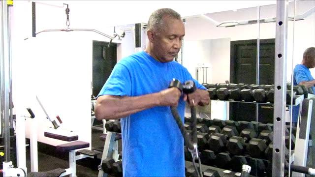 Principal africano-americano hombre ejercitándose en el gimnasio - vídeo
