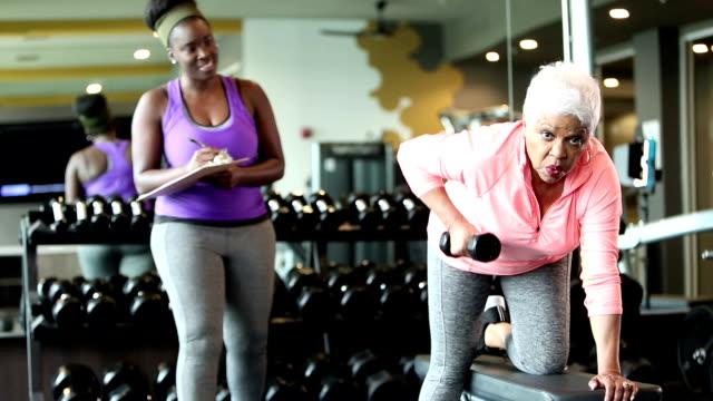 체육관에서 수석 아프리카 계 미국인 여자, 개인 트레이너 - 근거리 초점 스톡 비디오 및 b-롤 화면