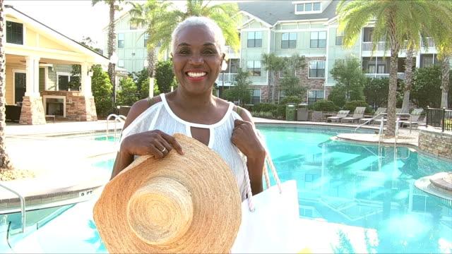 senior afroamerikansk kvinna vid resort pool - aktiva pensionärer utflykt bildbanksvideor och videomaterial från bakom kulisserna
