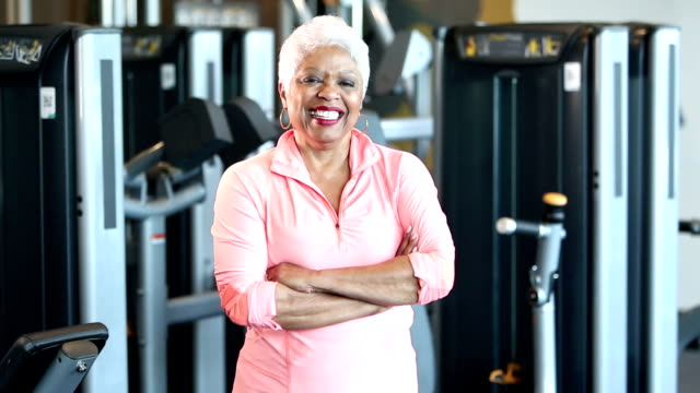 senior afro-amerikansk kvinna på gymmet - gym skratt bildbanksvideor och videomaterial från bakom kulisserna