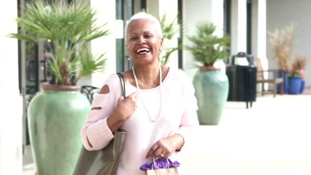 市の日を楽しんでいるシニア アフリカ系アメリカ人の女性 - 上半身点の映像素材/bロール
