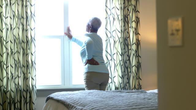 senior afro-amerikansk kvinna, nedre rygg eller höft smärta - age bildbanksvideor och videomaterial från bakom kulisserna