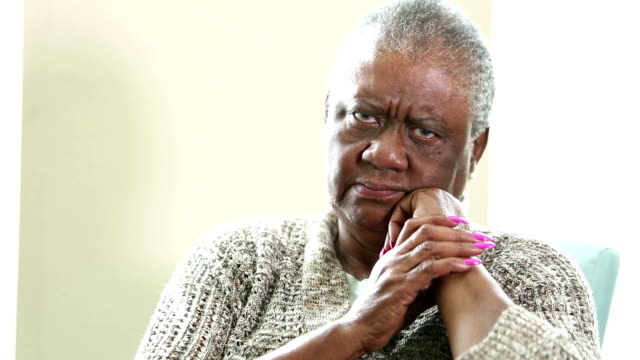 시 니 어 아프리카계 미국인 여자 스 손가락 카메라 - 짜증 스톡 비디오 및 b-롤 화면