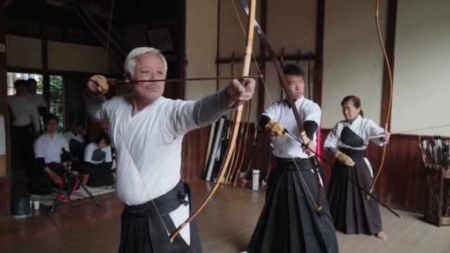 弓道の日本美術を実践する弓兵 - 武道点の映像素材/bロール