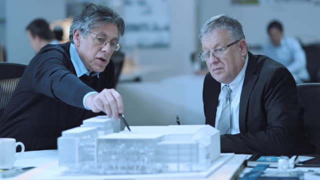 DS Senior architect discussing details of model with investor video