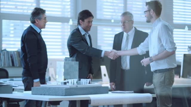 DS Senior architecte accueillant les investisseurs - Vidéo