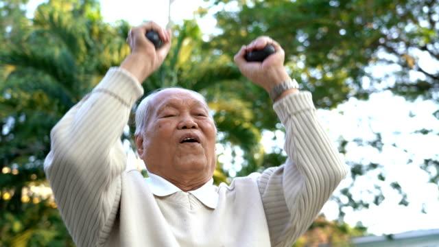 500 그램 요가 손 무게로 운동을 수석 아시아 남자 - 웨이트 스톡 비디오 및 b-롤 화면