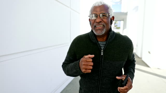 senior black man jogging - aktiver senior stock-videos und b-roll-filmmaterial