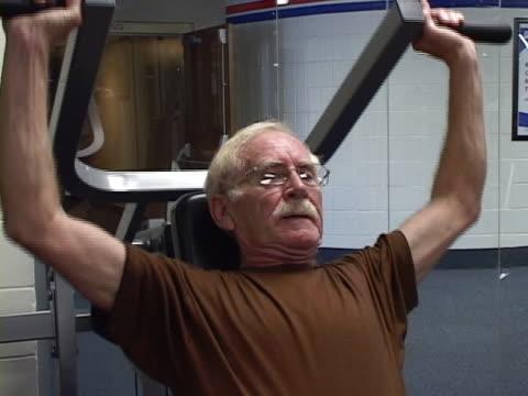 vídeos de stock e filmes b-roll de fisiculturista sênior - músculo humano
