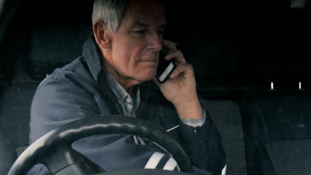 uomo d'affari senior sul suo cellulare - furgone video stock e b–roll