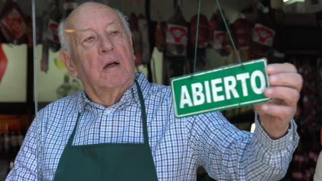 senior imprenditore di un'apertura di gastronomia per il servizio sorridente alla telecamera molto felice - argentina america del sud video stock e b–roll