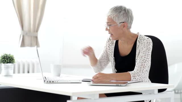 vídeos y material grabado en eventos de stock de mujer de negocios senior con tratamiento hipoalergénico - encuadre cintura para arriba