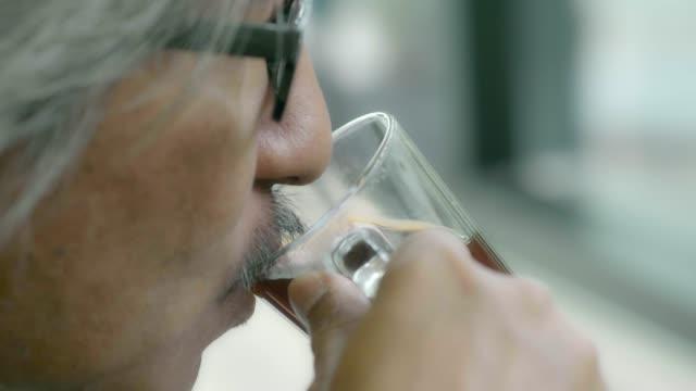 senior businessman drinking coffee - кофеин стоковые видео и кадры b-roll