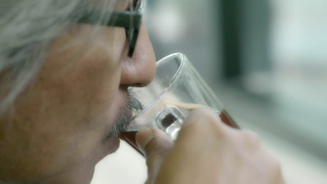 senior businessman inkt kaffee - koffeinmolekül stock-videos und b-roll-filmmaterial