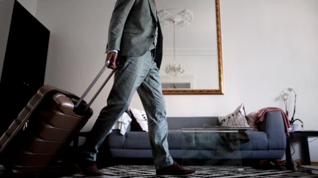 vídeos de stock, filmes e b-roll de homem de negócios sênior, entrando em seu apartamento de hotel - viagem de primeira classe