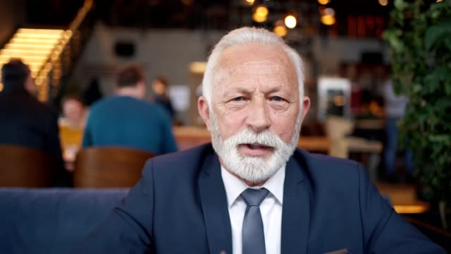 senior geschäftsmann hat online-treffen - generaldirektor oberes management stock-videos und b-roll-filmmaterial