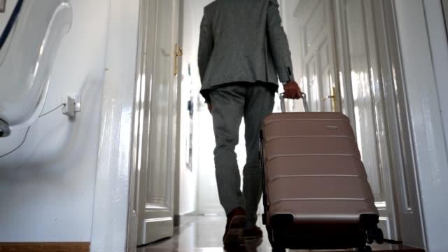 vidéos et rushes de homme d'affaires senior, quittant son appartement de l'hôtel - adieux