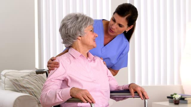 シニアのチェックに患者介護人 ビデオ