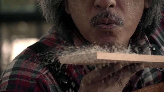 senior carpenter - sägemehl stock-videos und b-roll-filmmaterial