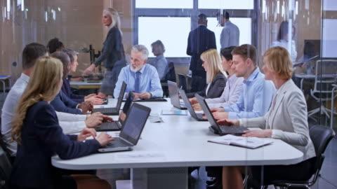 vídeos y material grabado en eventos de stock de hombre de negocios caucásico senior ds liderando una reunión en la sala de vidrio - negocio corporativo