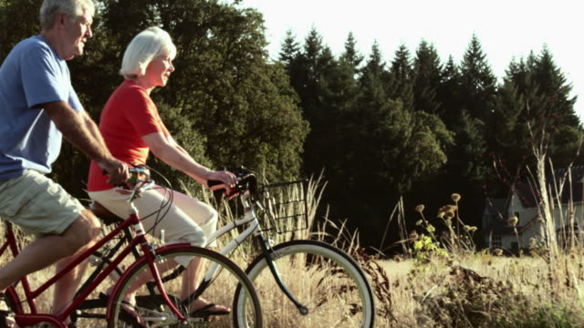 stockvideo's en b-roll-footage met senior couple bicycling - oudere volwassenen