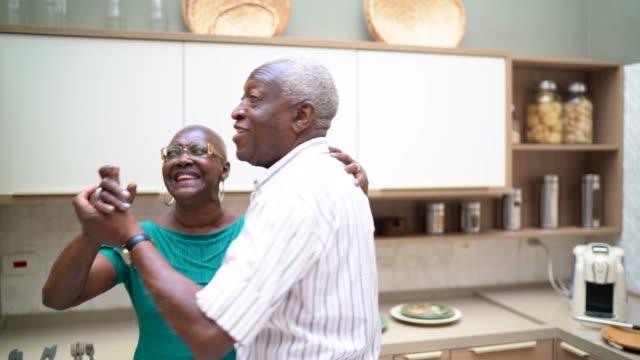 vídeos de stock e filmes b-roll de senior couple dancing at home - characters