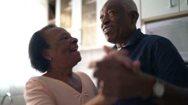 senior paar tanzen in der küche - seniorenpaar stock-videos und b-roll-filmmaterial