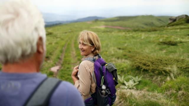 ハイキング中に年配のカップル - バックパッカー点の映像素材/bロール