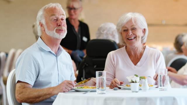 年配のカップルを食べて食事と老人ホームの話 ビデオ