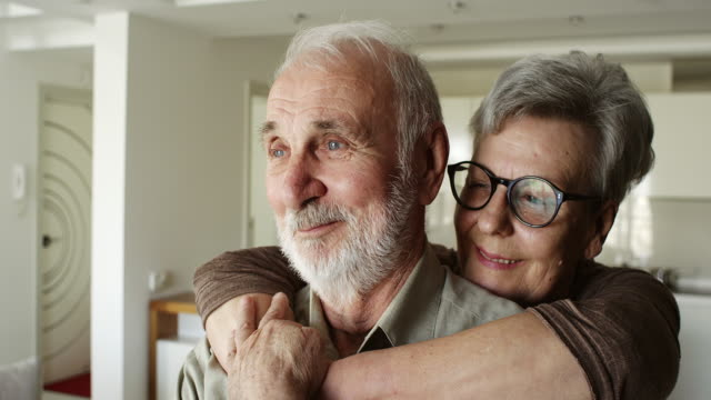äldre par njuter av tiden tillbringade tillsammans - omsorg bildbanksvideor och videomaterial från bakom kulisserna