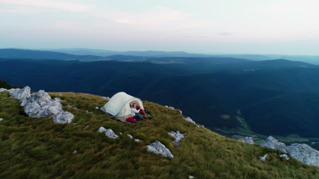 山からの眺めを楽しんでいるシニア カップル - キャンプ点の映像素材/bロール