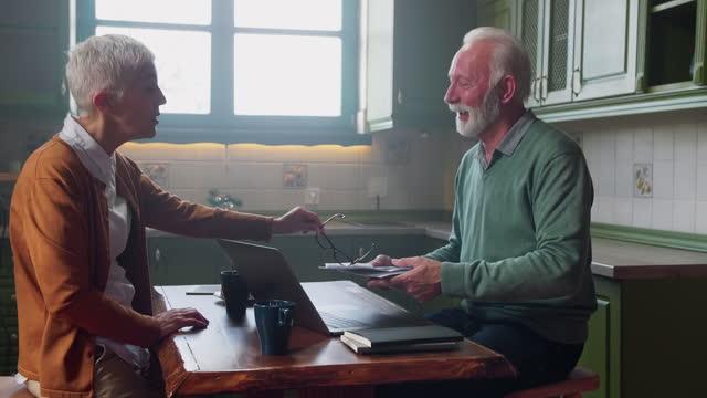senior par har pengar problem hemma - dept bildbanksvideor och videomaterial från bakom kulisserna