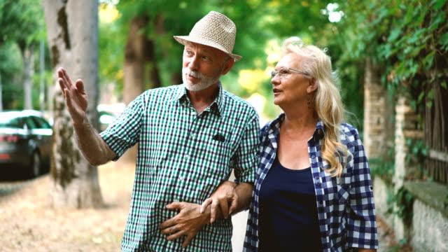 älteres paar in einen entspannenden spaziergang. - ehefrau stock-videos und b-roll-filmmaterial