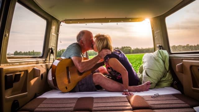 älteres paar küssen in einem wohnmobil - seniorenpaar stock-videos und b-roll-filmmaterial