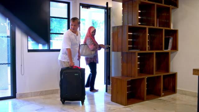 äldre par lämnar hem whit resväska - hijab bildbanksvideor och videomaterial från bakom kulisserna
