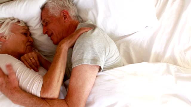 русская пожилая пара лежат в кровати вообще курсе