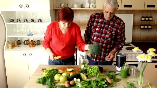 vidéos et rushes de smoothie vert de décisions de couple de personnes âgées - diététique