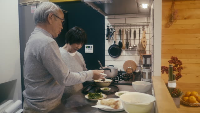 vídeos de stock e filmes b-roll de senior couple making toshikoshi soba year-crossing noodles in the kitchen - comida salgada