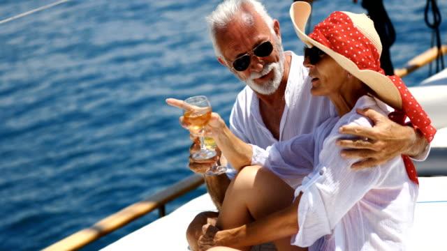 senior par på en seglings kryssning. - aktiva pensionärer utflykt bildbanksvideor och videomaterial från bakom kulisserna