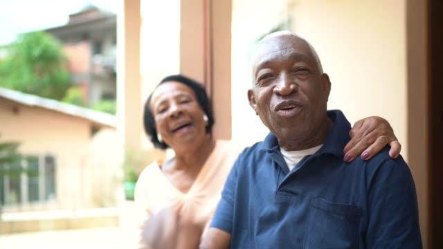 vídeos de stock e filmes b-roll de senior couple on a video calling at home - pov camera - isolated house, exterior
