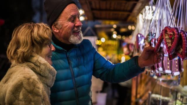 älteres paar am weihnachtsmarkt - aktiver senior stock-videos und b-roll-filmmaterial