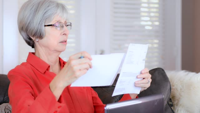 Senior couple pays bills electronically video