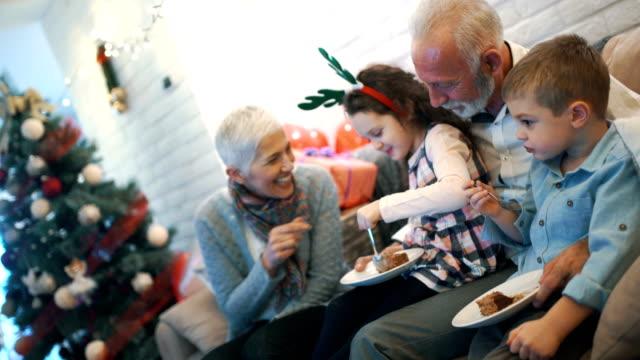 äldre par leker med barnbarn. - christmas gift family bildbanksvideor och videomaterial från bakom kulisserna