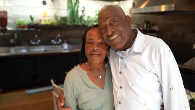 älteres paar portrait in küche - seniorenpaar stock-videos und b-roll-filmmaterial
