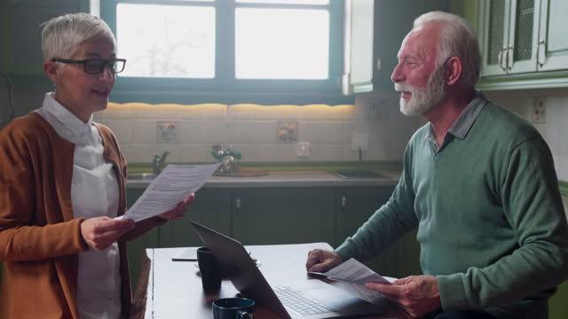 senior par läsa ett kontrakt tillsammans - dept bildbanksvideor och videomaterial från bakom kulisserna