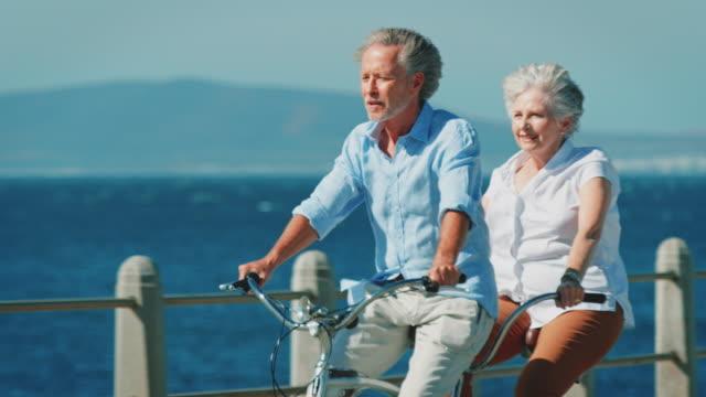 äldre par ridning tandem cykel solig dag - aktiva pensionärer utflykt bildbanksvideor och videomaterial från bakom kulisserna