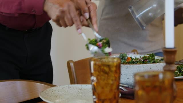 vídeos de stock, filmes e b-roll de pares sênior que sere a salada e a água na tabela - vegetarian meal