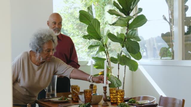 vídeos de stock, filmes e b-roll de tabela de jantar de ajuste dos pares idosos em casa - vegetarian meal