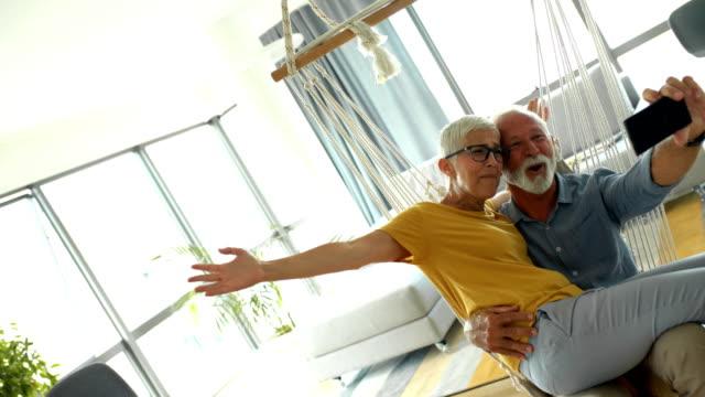 senior couple taking selfies at home. - krótkie włosy filmów i materiałów b-roll