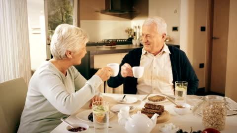 vidéos et rushes de couple senior parler au petit déjeuner - 20 secondes et plus